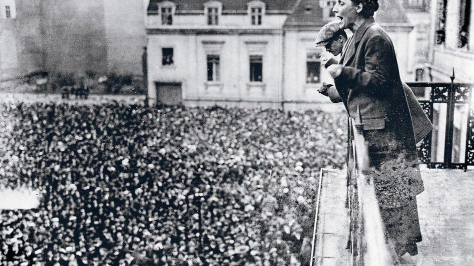 Die SPD-Abgeordnete Juchacz spricht vor Demonstranten auf dem Berliner Wilhelmplatz zum Versailler Vertrag, 1919