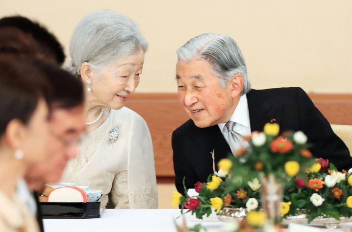 Akihito mit seiner Ehefrau an seinem 83. Geburtstag