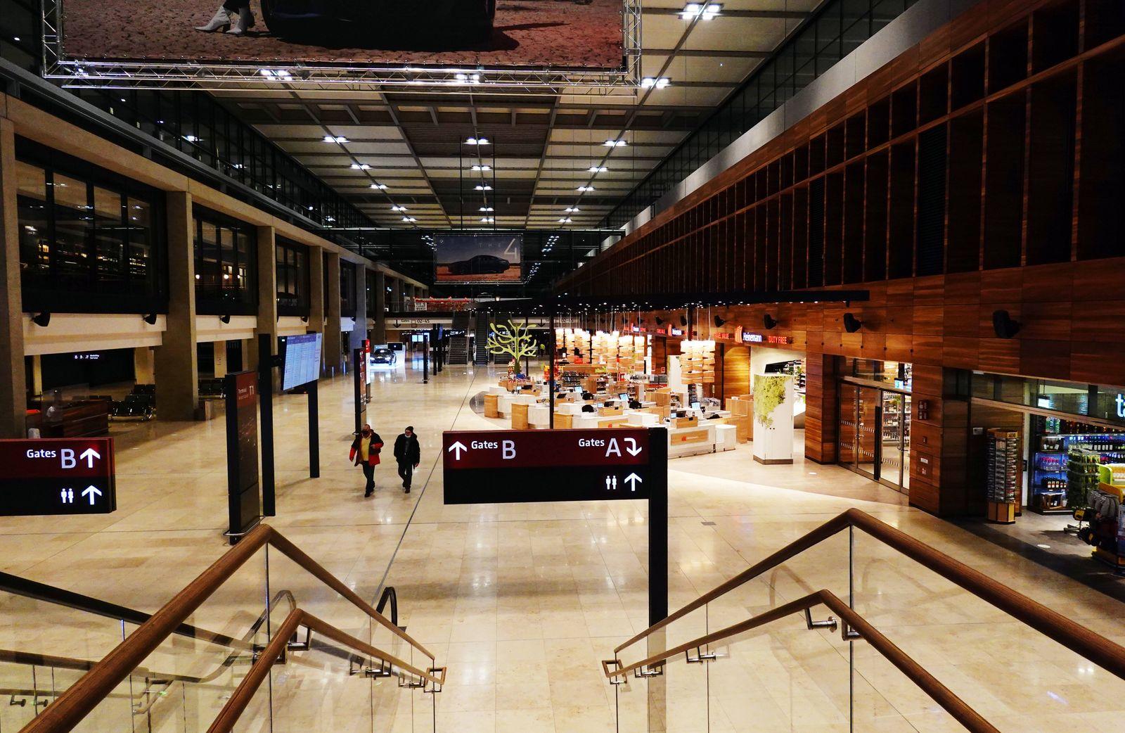17.02.2021, Schoenefeld, Brandenburg, GER - Nur wenige Passagiere verlieren sich in Zeiten der Coronakrise im Terminal