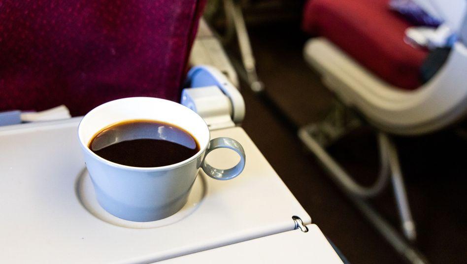 Schwarzer Kaffee: Airline haftet für Verletzungen im Flugzeug
