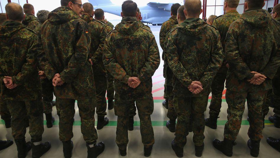 Bundeswehrsoldaten vor einem Transportflugzeug (Archivbild)