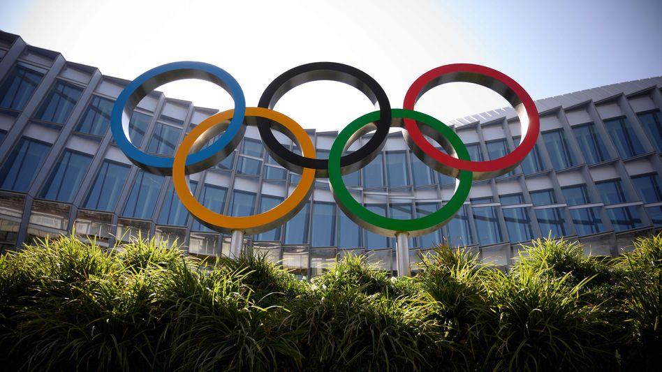 Die Olympischen Ringe vor dem Hauptgebäude des Internationalen Olympischen Komitees in Lausanne