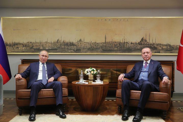 Erdogan traf sich vor Beginn der Konferenz mit Putin und richtete deutliche Worte an Haftar