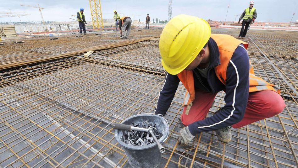 Bauarbeiter am Flughafen Berlin-Brandenburg: Einbußen für die untere Mittelschicht