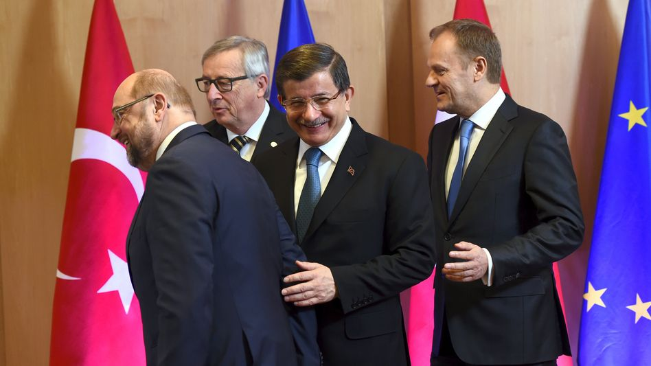 Türkischer Regierungschef Ahmet Davutoglu (M.), Martin Schulz (l.), Kommissionschef Juncker und EU-Ratschef Tusk