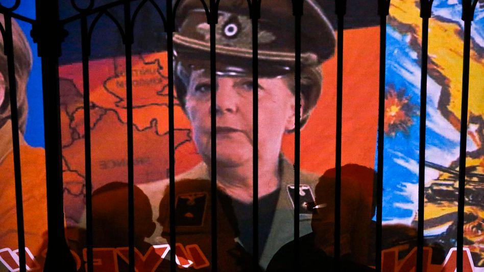 Kanzlerin Merkel in SS-Uniform: Protestbanner in Nikosia