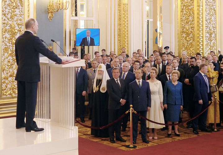 Weiter vorn kann man nicht stehen: Gerhard Schröder blickt zu Putin auf