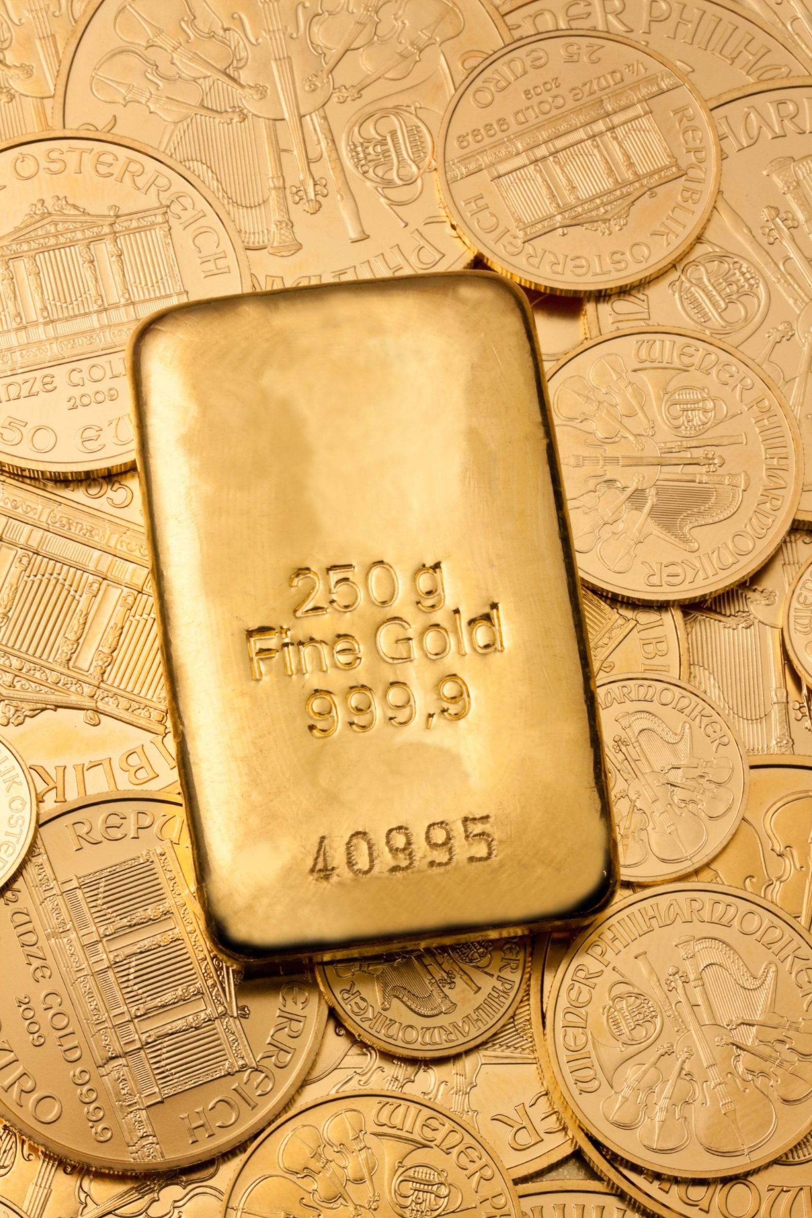 Geldanlage in echtem Gold als Goldbarren und Goldm BLWX020866 Copyright xblickwinkel McPhotox Erwin