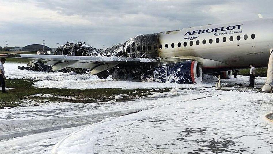 Unmittelbar nach der Notlandung war das Flugzeug in Brand geraten
