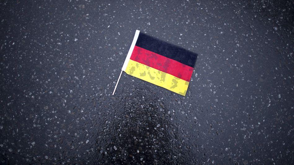 Schwarz-rot-goldene Fahne am Boden (bei einer AfD-Demonstration im November 2018)