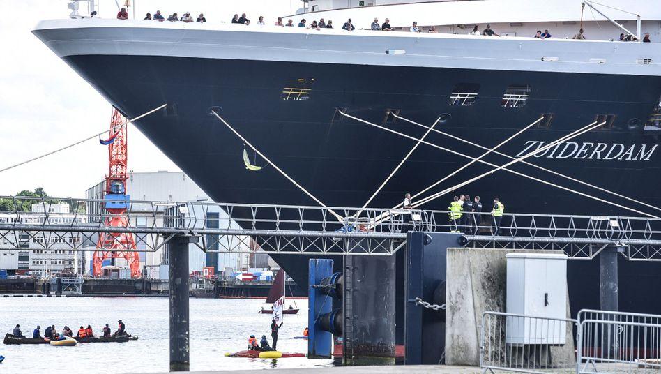 Mit kleinen Booten kreuzten Aktivisten vor dem Bug und hinderten das Schiff am Auslaufen.
