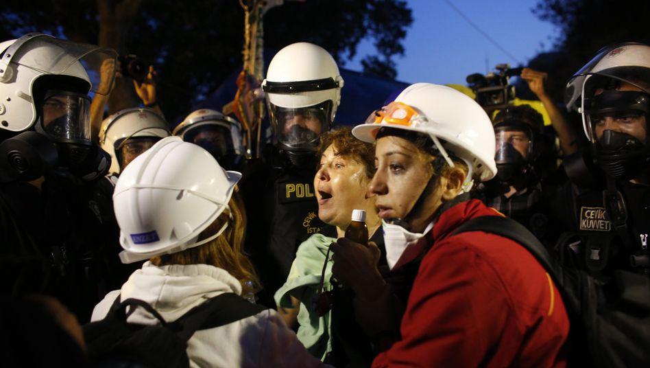Räumung des Gezi-Parks: Erdogan regiert mit Wasserwerfern undTränengas
