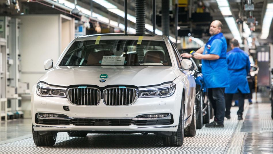 BMW-Fahrzeuge der 7er-Reihe in der Produktion im BMW-Werk in Dingolfing