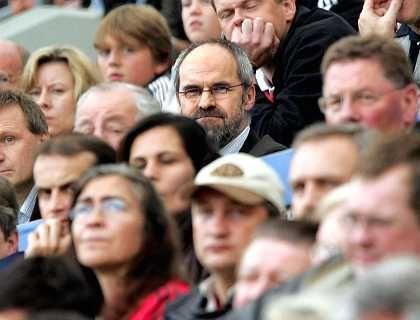 Geschäftsführer Holzhäuser auf der Tribüne: Eklatante Fehler bei der Trainersuche