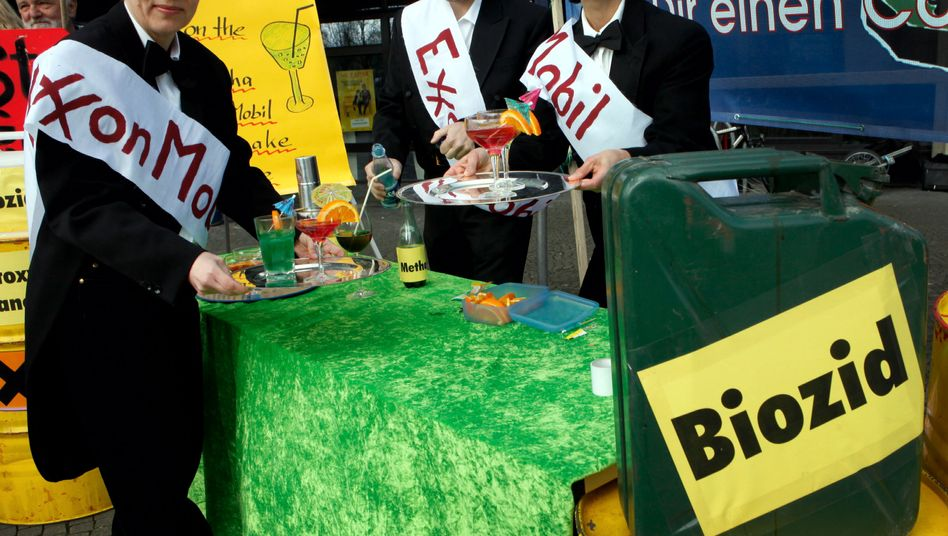 Activists from the Attac group in Lower Saxony offer lurid cocktails to highlight the potential environmental risks of the fracking process.