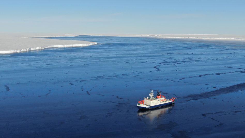 Die »Polarstern« zwischen Brunt-Eisschelf (l.) und Eisberg A74 (r.)