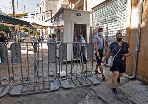 Menschen passieren den Kontrollpunkt Ledras in Zyperns Hauptstadt Nikosia