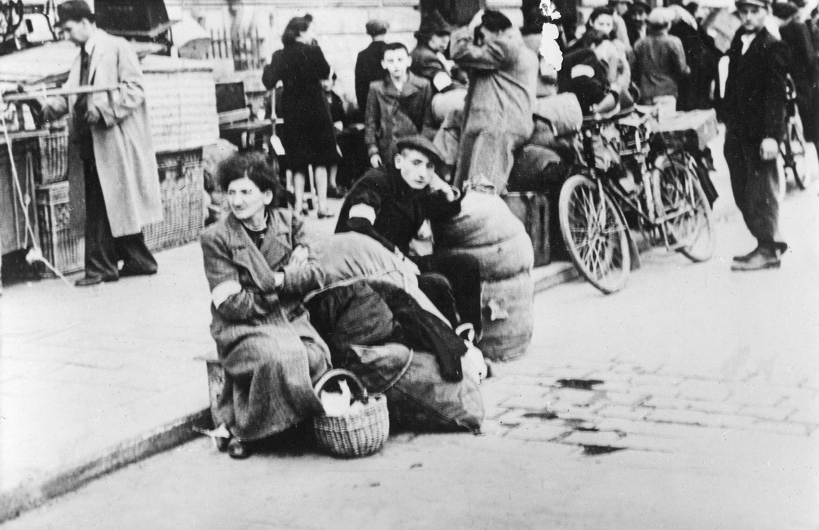 Hans Swarowsky - NS-Judenverfolgung in Polen 1940 - Juden warten in Krakau auf ihren Abtransport