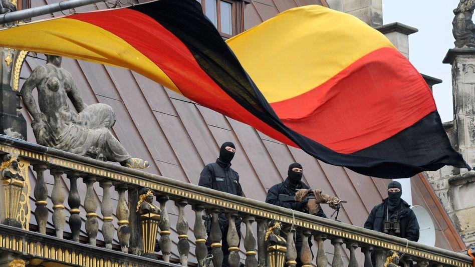 Latente Anschlagsgefahr: Scharfschützen der Polizei sichern in Bremen die Einheitsfeier