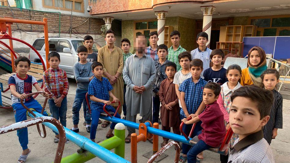 Waisenkinder mit Leiter im Kabuler Heim Omid-e-Farda