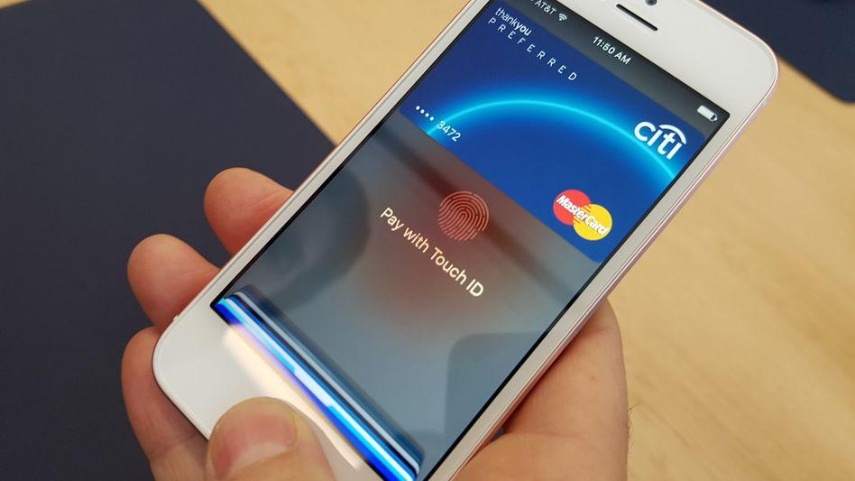Apple Pay auf einem iPhone SE (Archivbild)