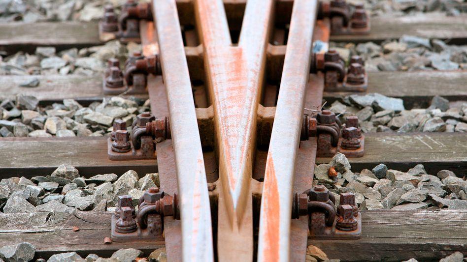 Jugendliche schubsten einen Lokführer ins Gleisbett (Symbolbild)