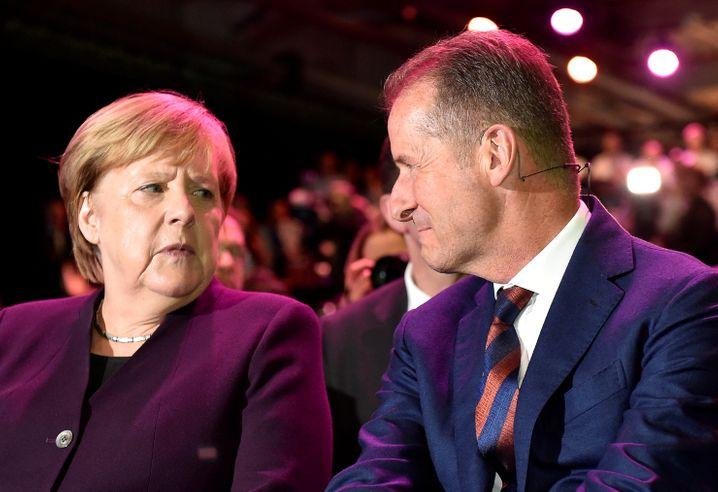 Kanzlerin Merkel, VW-Chef Diess (Archivbild): Ein Interview sorgte für Verärgerung