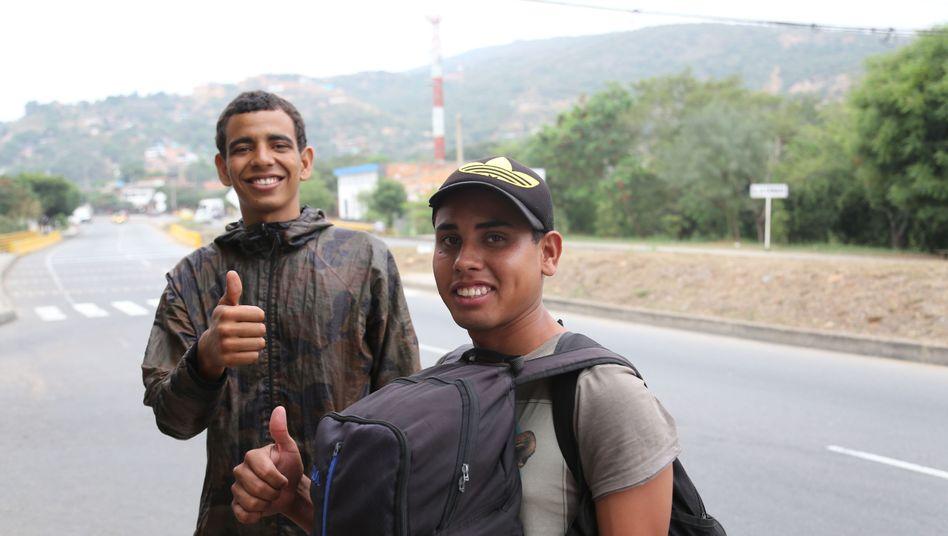Jorge Leal (rechts) wartet mit einem Freund auf Anhalter