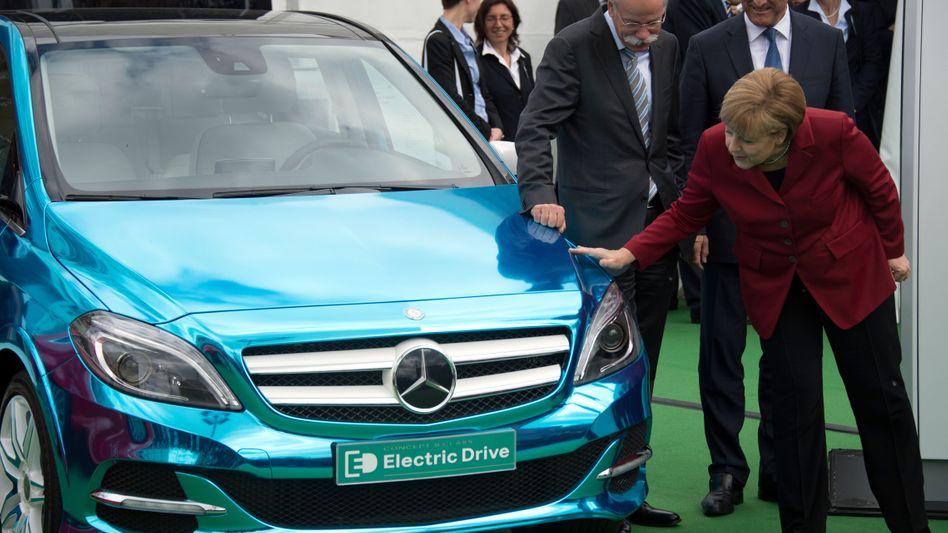 Merkel mit Daimler-Chef Zetsche und Verkehrsminister Ramsauer: Streicheleinheiten