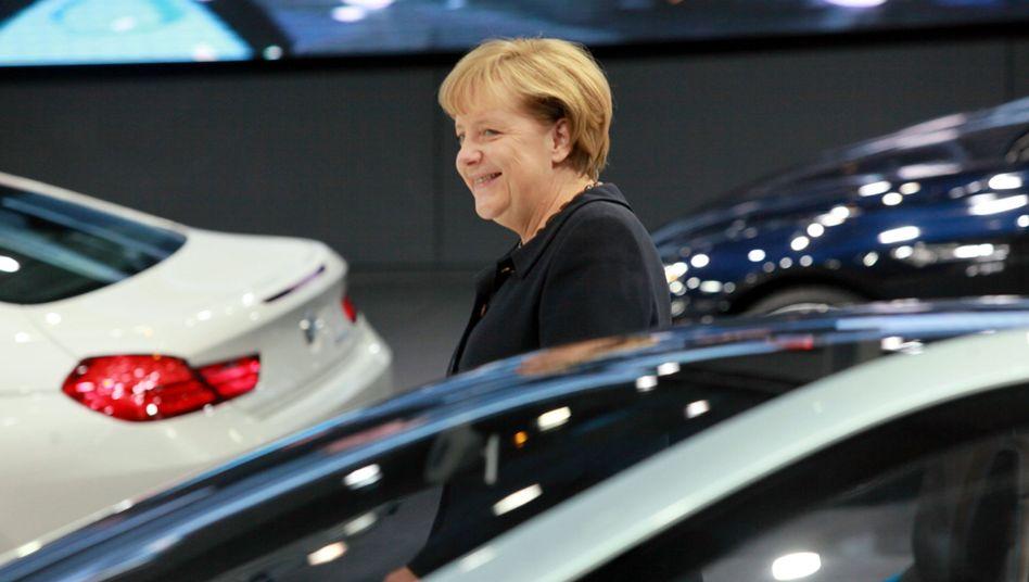 """Bundeskanzlerin Merkel am BMW-Messestand: """"Muss sehr nachdenklich stimmen"""""""