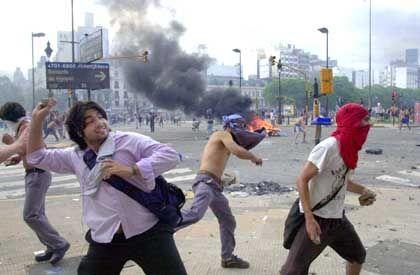 Steine als Waffen: Demonstranten bewarfen in den letzten Tagen die Polizisten, die für Ruhe sorgen sollten. Schon 22 Menschen kamen bei den Demonstrationen ums Leben