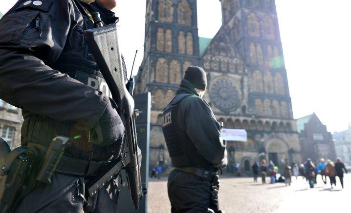 Polizisten am Samstag in Bremen: Sicherheitsnetz über der Hansestadt