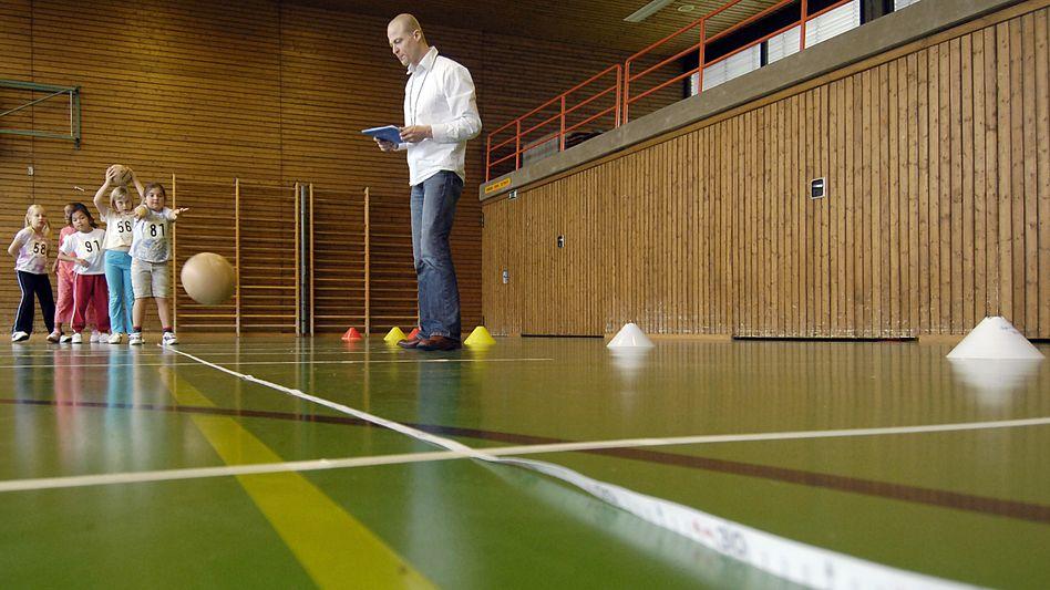 Sportunterricht an einer Turnhalle in Ulm (Archivbild): Zumindest hier scheint noch alles intakt zu sein