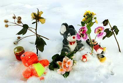 Trauernde legten Plüschtiere, Blumen und Kerzen auf dem Feld zwischen Pegau und Groitzsch in Sachsen nieder