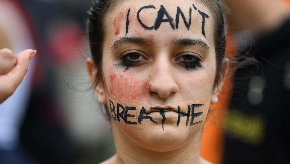Frau bei Black-Lives-Matter-Protest im Londoner Hyde Park, 3. Juni 2020