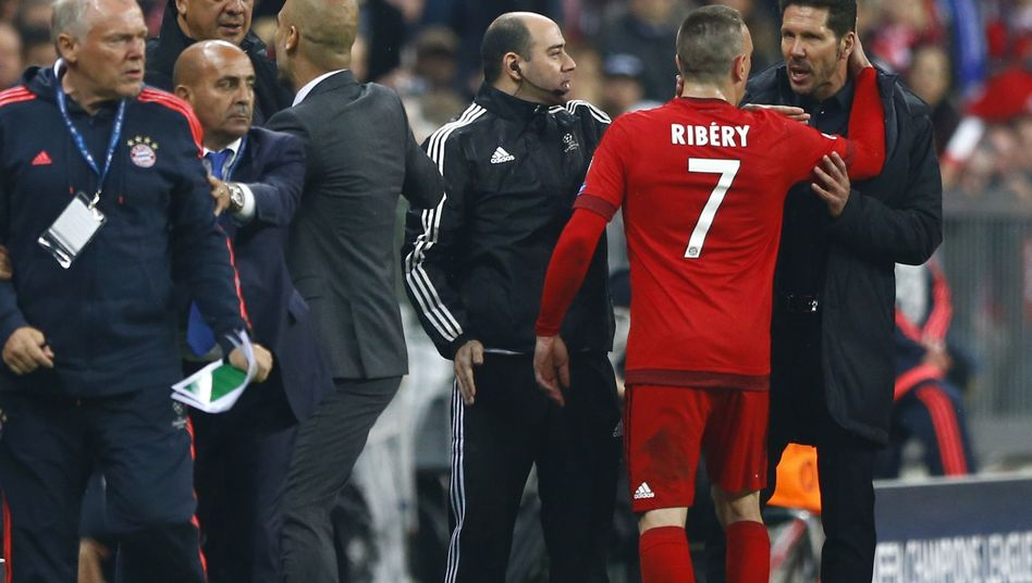 Franck Ribéry im Clinch mit Diego Simeone