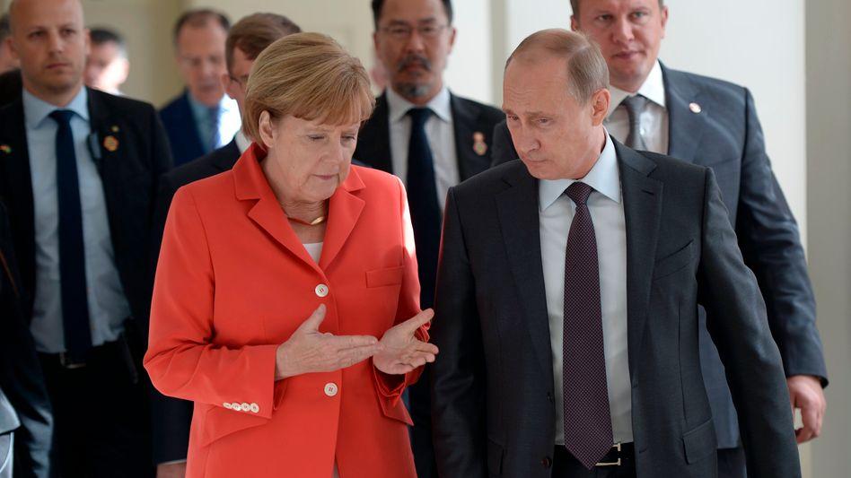 Merkel und Putin vor dem WM-Endspiel in Rio de Janeiro: Kontakt halten