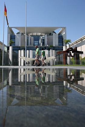 Bundeskanzleramt in Berlin: wenn die Sonne scheint, ist alles gut