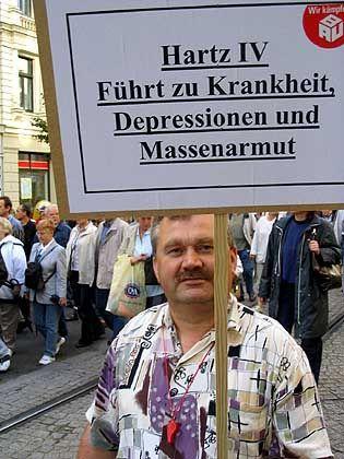 Klare Aussage: Demonstrant Joachim Zobota auf einer Protestaktion in Magdeburg