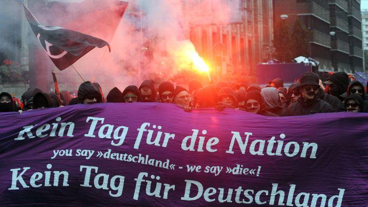 Einheitsfeier in Bremen: Aufmarsch linker Demonstranten