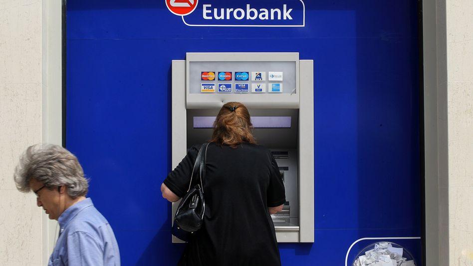 Kundin an einem Automaten der Eurobank: Veto der Troika
