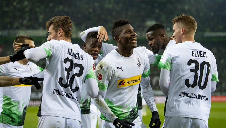 Breel Embolo (Mitte) und seine Teamkollegen treffen im Spitzenspiel auf den FC Bayern München
