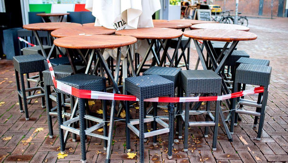 Geschlossenes Lokal in Hannover im November: Mindestkurzarbeitergeld von 1200 Euro gefordert