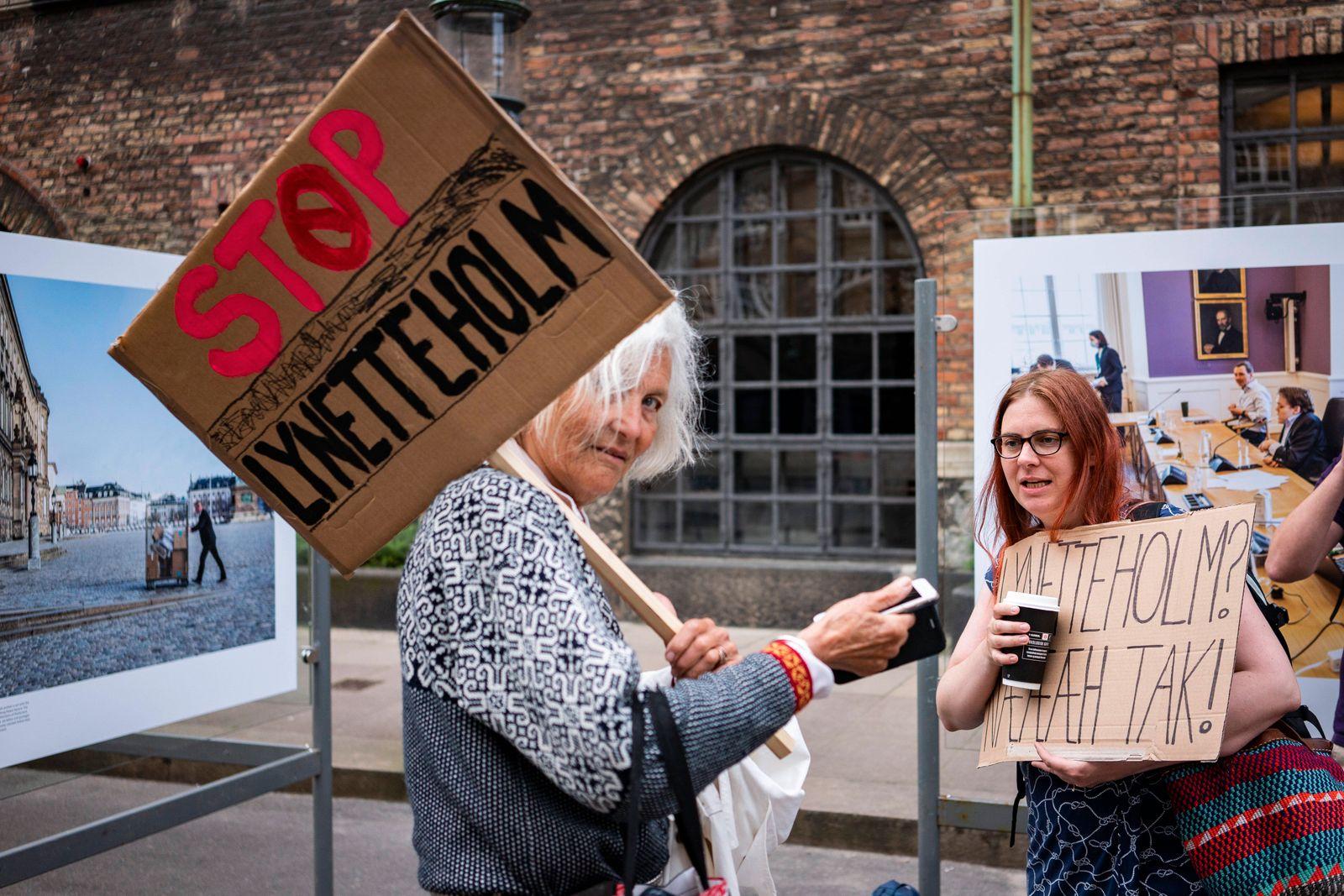 Facebookgruppen Stop Lynetteholm afholder happening udklaedt som faar, i Rigsdagsgaarden ved Folketingets hovedtrappe fr