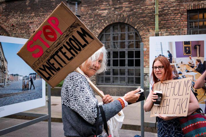 Protest vor dem Parlament: Im Juni demonstrierten Anwohnerinnen und Aktivisten gegen das Projekt – die Mehrheit der Abgeordneten stimmte dafür