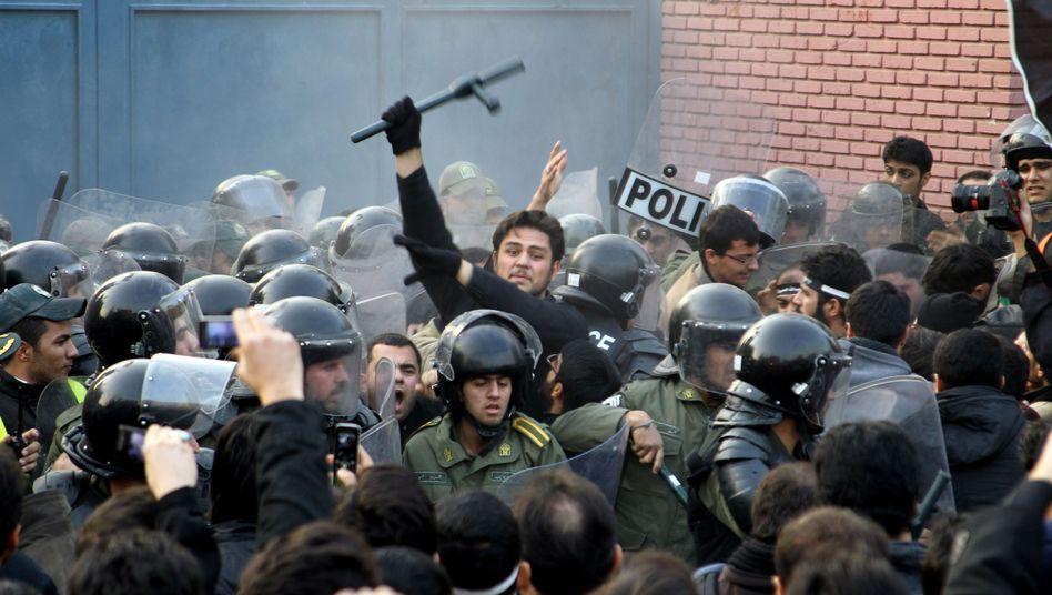 Polizisten vor der britischen Botschaft: Erste Verhaftungen nach Angriff