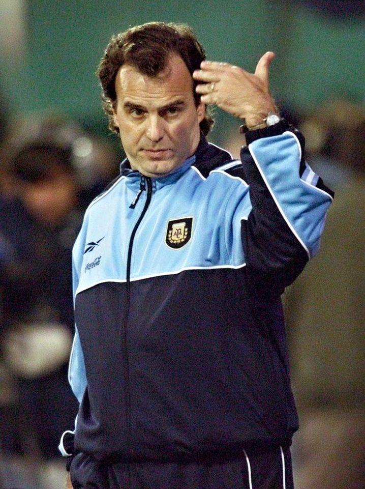 Als argentinischer Nationalcoach scheiterte Bielsa 2002 bereits in der WM-Vorrunde. Er durfte bleiben, 2004 gewann er mit der Albiceleste Olympiagold