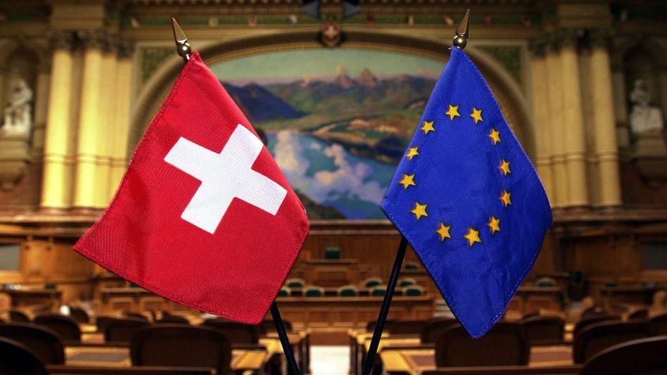 Schweizer und EU-Fahne (Archivbild): Der Ständerat stimmte dem automatischen Austausch von Steuerdaten zu