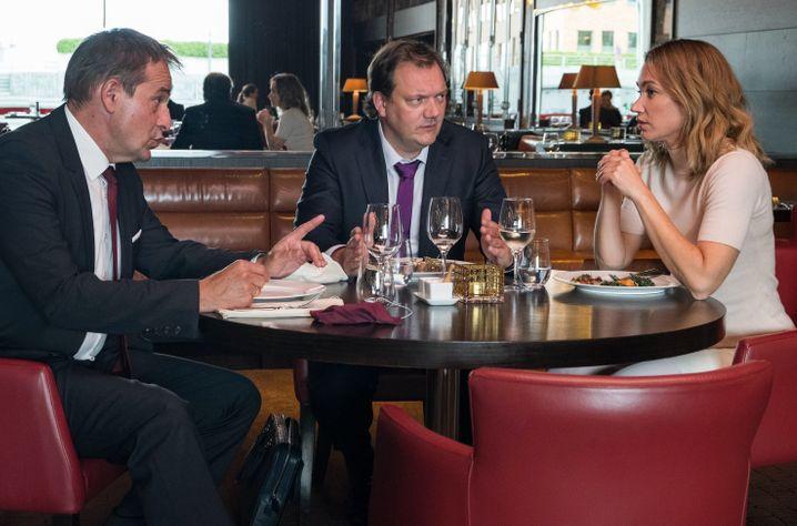 Unter Bankern: Andy mit Chef (Stephan Schad) und Kollegin (Lisa Maria Potthoff) beim Steak-Essen