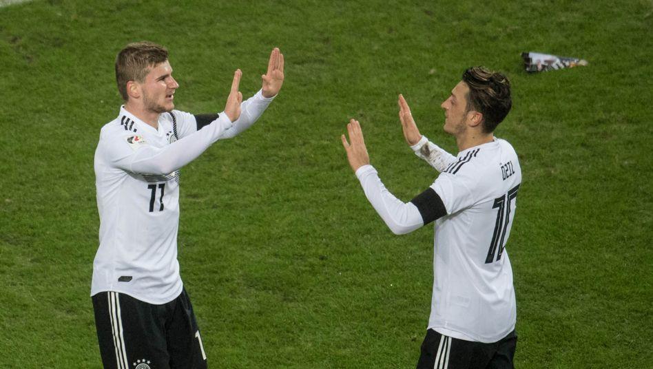 Timo Werner (l.), Mesut Özil